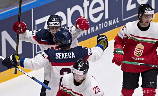 e4ba524b68a0c ... Sekeru (Slovensko), dole István Bartalis a vpravo Kevin Wehrs (obaja  Maďarsko) počas zápasu základnej B- skupiny Majstrovstiev sveta v ľadovom  hokeji ...