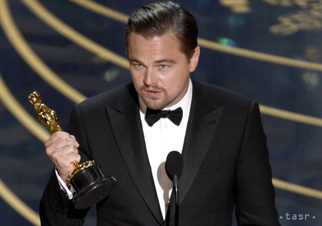 Herec Leonardo DiCaprio získal Oscara za najlepší mužský herecký výkon za rolu vo filme Zmŕtvychvstanie (The Revenant).