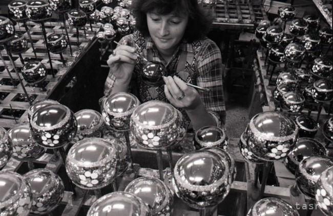 UNIKÁTNE FOTOGRAFIE: Takto sa vyrábali vianočné ozdoby v socializme