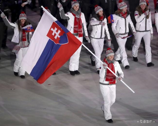 Veronika Velez-Zuzulová nesie vlajku Slovenska počas otváracieho ceremoniálu ZOH 2018 v Pjongčangu. Foto: TASR/AP