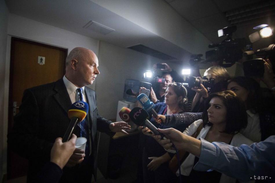 Na snímke exminister výstavby za SNS Marián Janušek (vľavo) odpovedá na otázky novinárov počas prestávky, ktorá bola počas čítania rozsudku v kauze nástenkového tendra na Špecializovanom trestnom súde v Pezinku 18. októbra 2017
