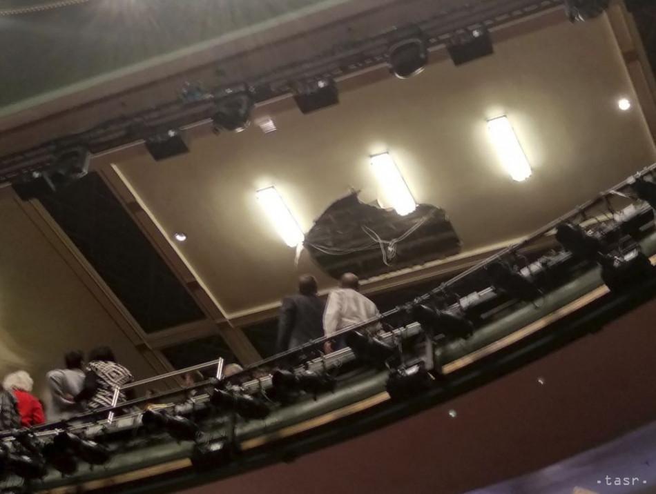 Diera v strope divadla Piccadilly