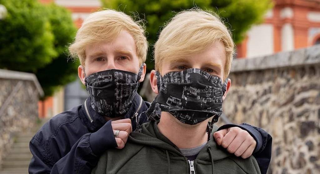 Video: Dvojičky bratia Mrázovci naspievali nový hit. Spojili sa s krásnou speváčkou