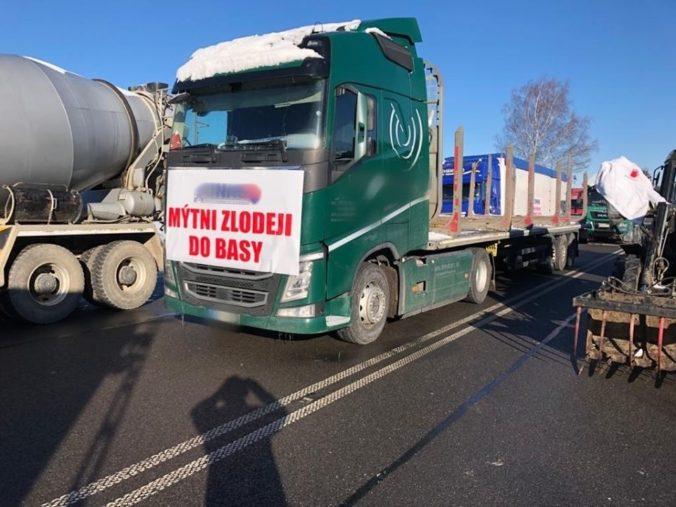 Kamióny blokujú priechod Trstená - Chyžné a ďalšie cesty, doprava v Ružomberku kolabuje (foto)