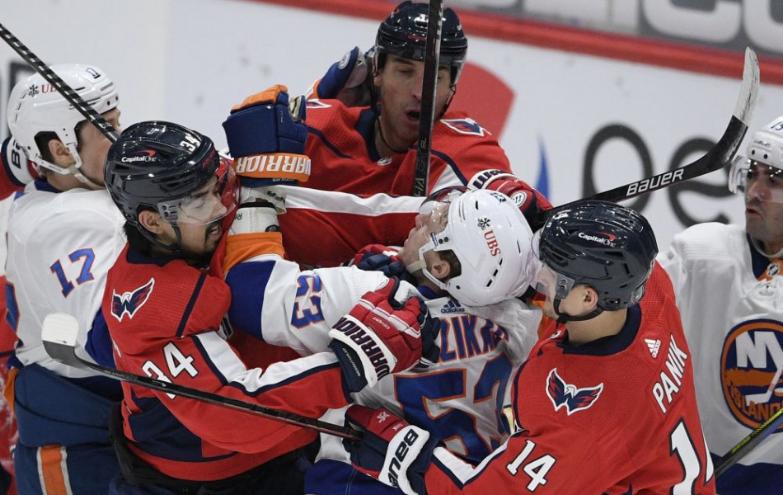 NHL: Chára strelil prvý gól za Washington, Halák inkasoval len raz