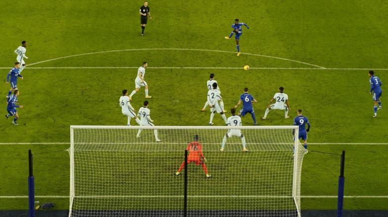 Leicester prehĺbil krízu Chelsea a je prvý v Premier League