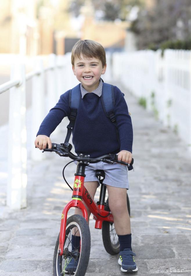 Britský princ William a jeho manželka Catherine zverejnili novú fotografiu svojho mladšieho syna princa Louisa