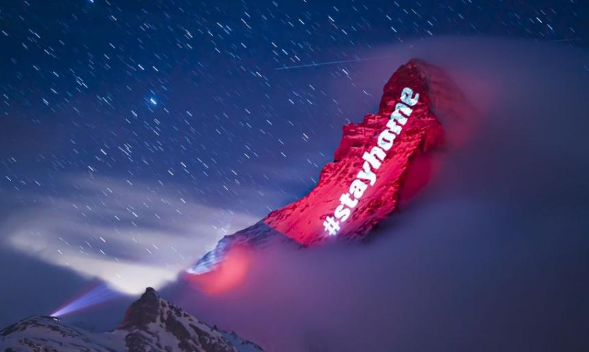 Z mocného vrchu Matterhorn žiari v noci posolstvo nádeje