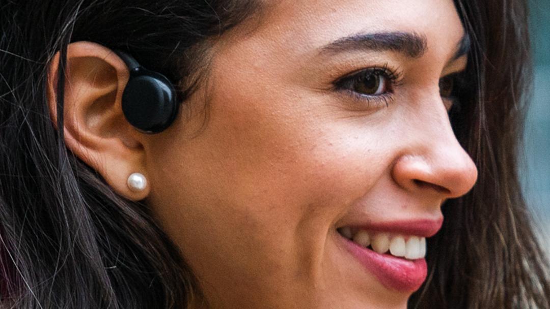 Video: Český startup prichádza s open-ear slúchadlami na celodenné nosenie, stojí za ním dvojica Slovákov