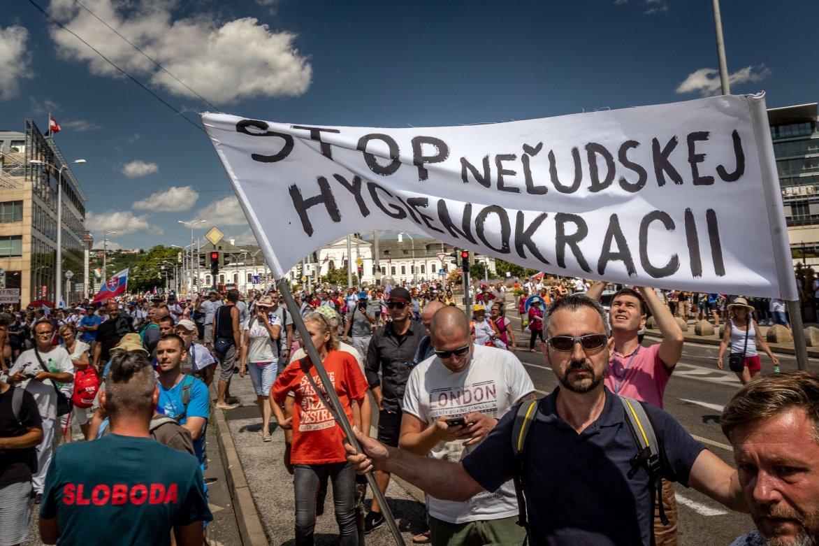 Video: Približne 1500 ľudí na proteste blokuje dopravu v centre Bratislavy, polícia vraj nevie rozlíšiť protestujúcich od turistov
