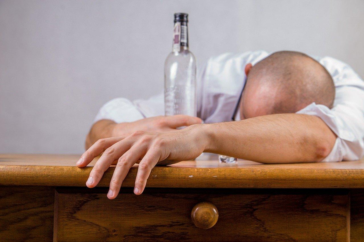 Alkohol ochorenie Covid-19 nezabíja, konšpiračné médiá šíria o koronavíruse aj ďalšie hoaxy
