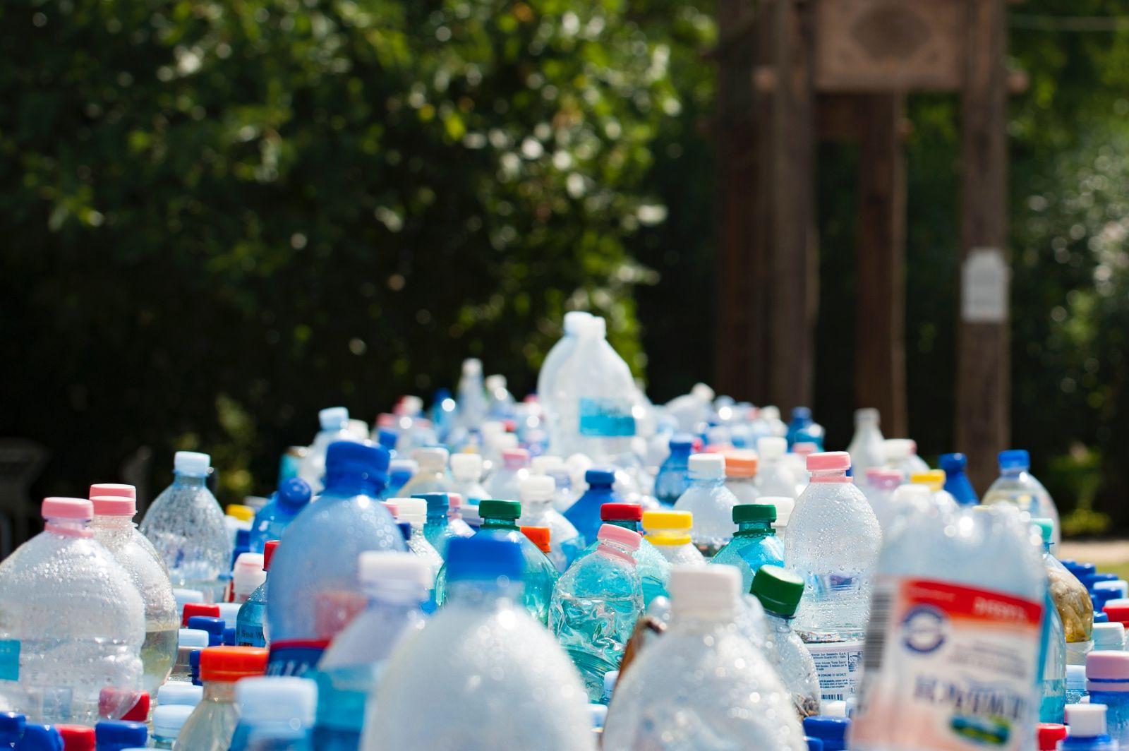Zálohovanie plastových fliaš sa posunie minimálne o rok, poslanci odsúhlasili návrh ministerstva
