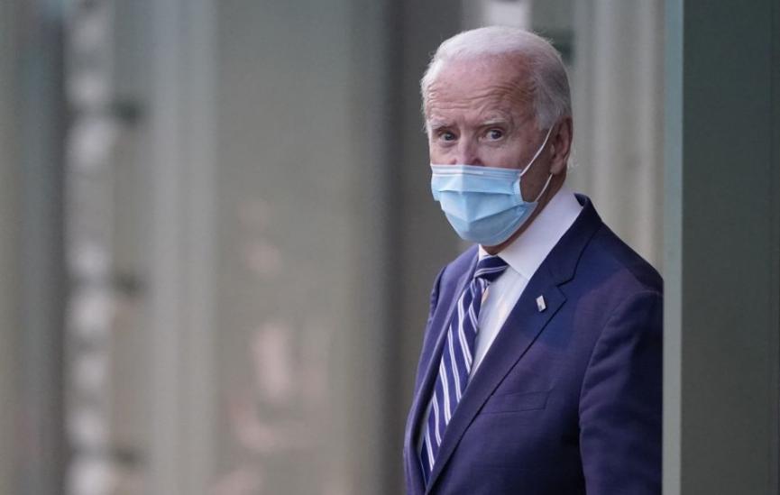 Biden požiada Američanov, aby 100 dní nosili rúška