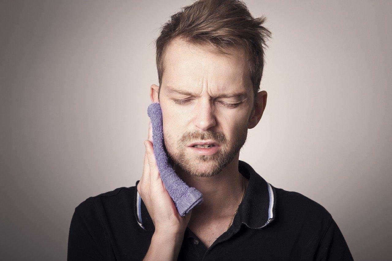 9 spôsobov, ako sa cez noc zbaviť bolesti zubov. Kedy už naozaj treba ísť k zubárovi?