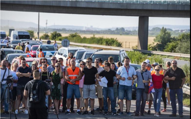 Desiatky protestujúcich zablokovali viaceré hraničné priechody