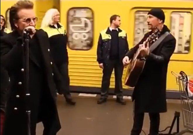 Bono a The Edge z U2 zahrali v berlínskom metre