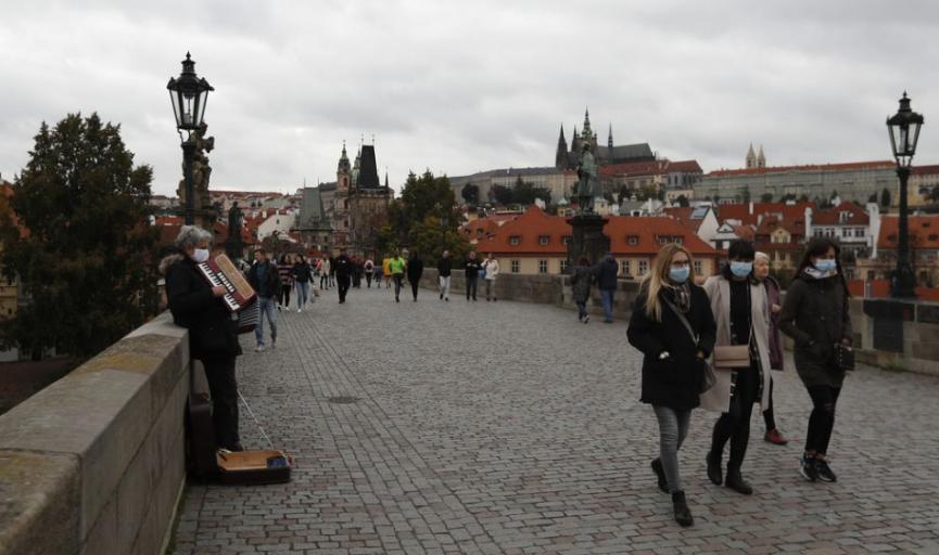Počet nových denných prípadov sa v Česku vrátil nad 15.000