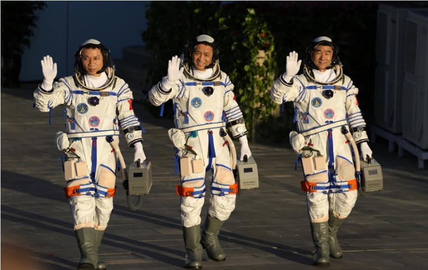 Prvá posádka čínskych astronautov mieri na vesmírnu stanicu Tchien-che, ide o trojicu vedcov