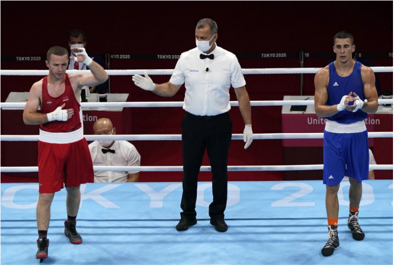 Slovenský boxer Andrej Csemez opäť stroskotal na Armanovi Darčiňanovi. Dva roky po tom, ako ho arménsky pästiar vyradil v osemfinále na majstrovstvách sveta v Jekaterinburgu, zopakoval rovnakú výhru 5:0 na body aj v osemfinále hmotnostnej kategórie do 75 kg na hrách v Tokiu. Prvý slovenský zástupca v olympijskom ringu po 25 rokoch tak bol po štvrtkovom zápase veľmi sklamaný.