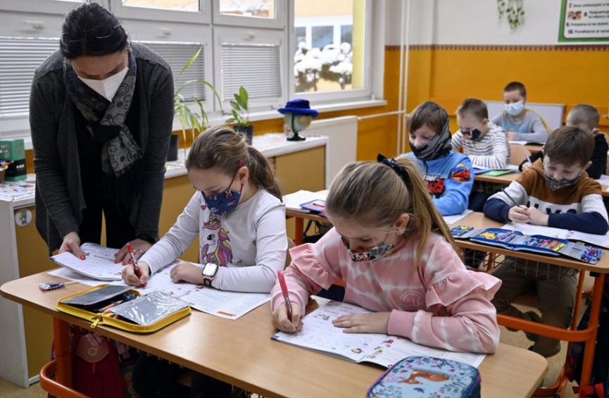 Škôlky a prvý stupeň základných škôl sa od budúceho týždňa otvoria pre všetky deti, naďalej bude treba negatívny test
