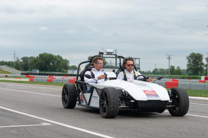 Minister Andrej Doležal otestoval autonómne vozidlo vyvinuté na Slovensku