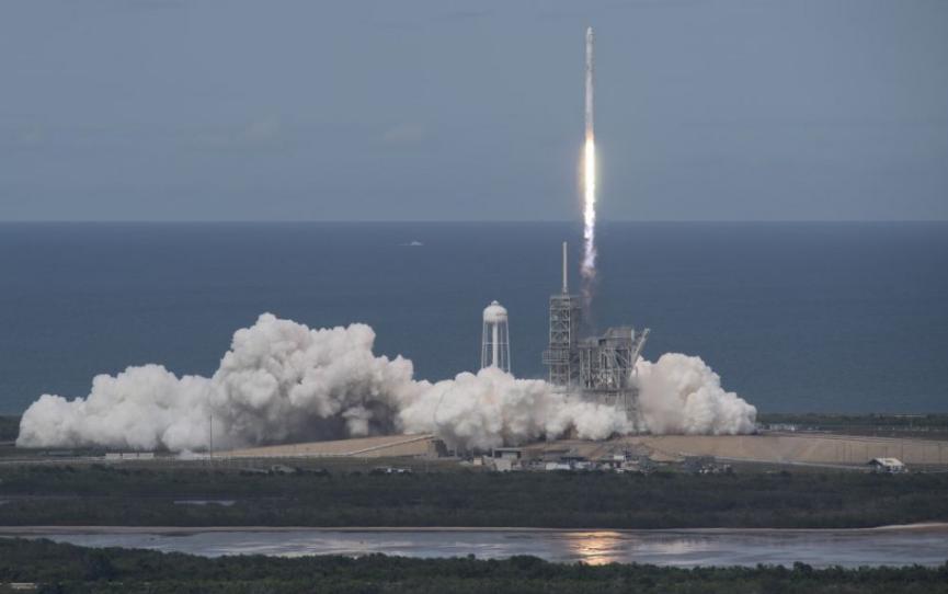 Štart pilotovanej kozmickej lode Space-X odložili kvôli počasiu o deň
