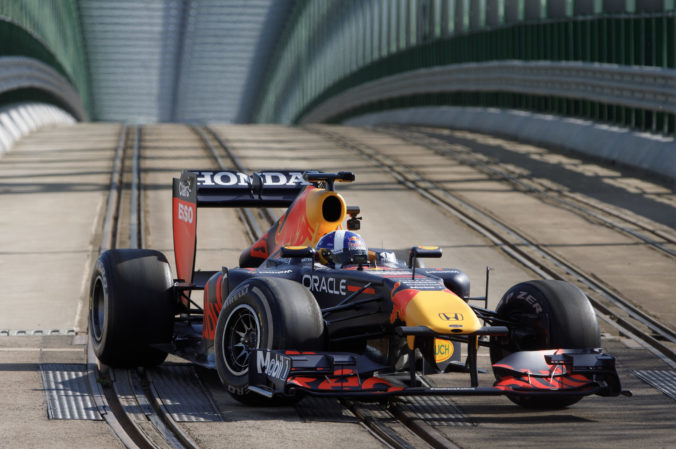 Po Bratislave sa preháňala formula 1, v monoposte Red Bullu sedel legendárny pretekár (video+foto)