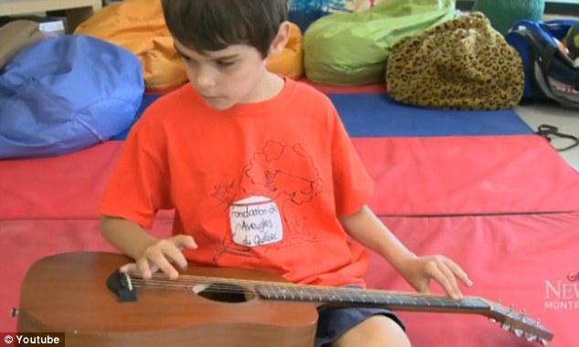 """Video: Nový 10 ročný """"Jimi Hendrix"""" je slepý a ohromil svojou hrou na gitaru"""