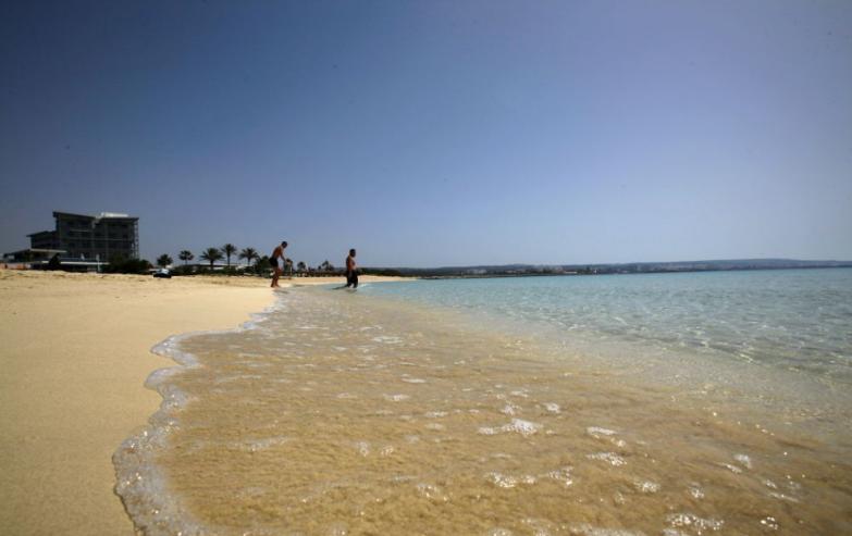 Teplé počasie v Grécku vyhnalo mnohých ľudí napriek lockdownu na pláže