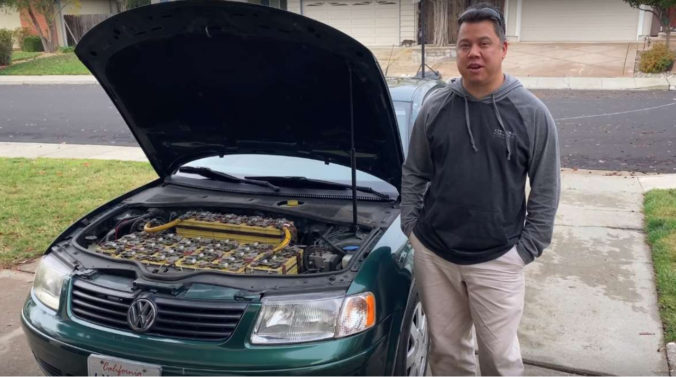 Eric Tischer so svojím elektromobilom Foto: Youtube