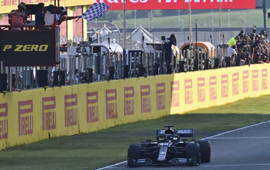 F1: Hamilton sa vyrovnal Schumacherovi, dosiahol 91. víťazstvo