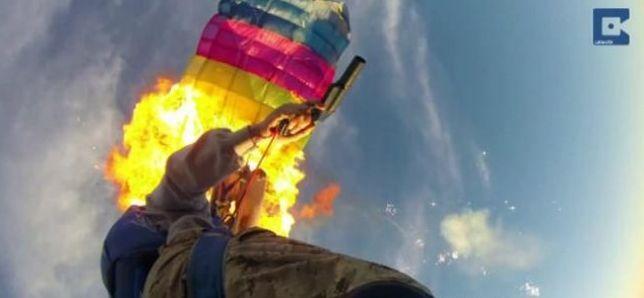 Parašutisti si počas zoskoku podpálili padáky