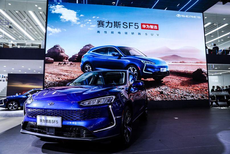 Video: Huawei štartuje predaj nového elektromobilu Seres SF5