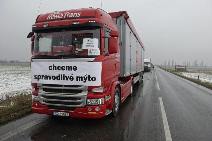 Pohľad na kamióny blokujúce cestu z Košíc v smere do Maďarska v rámci pokračujúceho štrajku zástupcov Únie autodopravcov Slovenska (UNAS) proti daňovému zaťaženiu, ktorý podporili tiež zástupcovia Iniciatívy poľnohospodárov. Košice, 9. január 2020. Foto: SITA/Ivan Fleischer