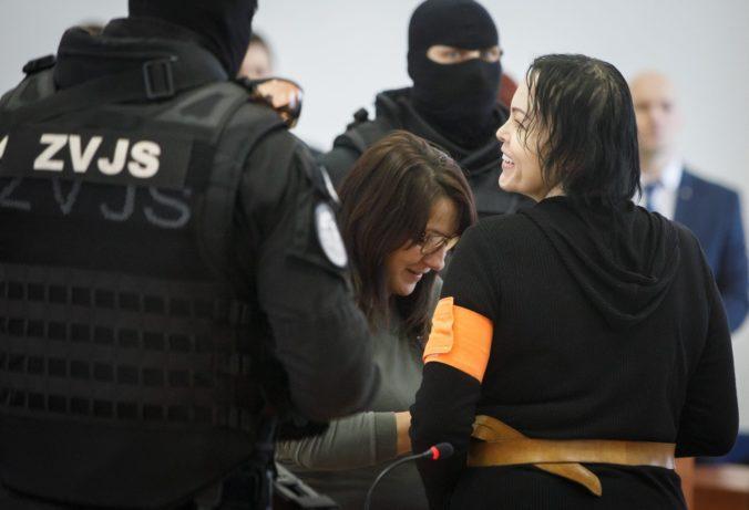 bžalovaná Alena Zsuzsová (vpravo) počas prestávky predbežného verejného prejednania obžaloby obvinených v kauze vraždy Jána Kuciaka a Martiny Kušnírovej v budove Justičnej akadémie v Pezinku.