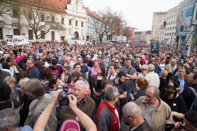 Účastníci občianskeho zhromaždenia Za slušné Slovensko, organizované v súvislosti s vývojom spoločenskej situácie po vražde novinára Jána Kuciaka a jeho snúbenice Martiny Kušnírovej, na Námestí SNP v Bratislave. Bratislava, 15. apríl 2018.