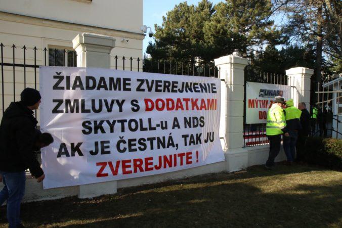Nespokojní autodopravcovia protestovali pred úradom vlády, trvajú na svojich požiadavkách