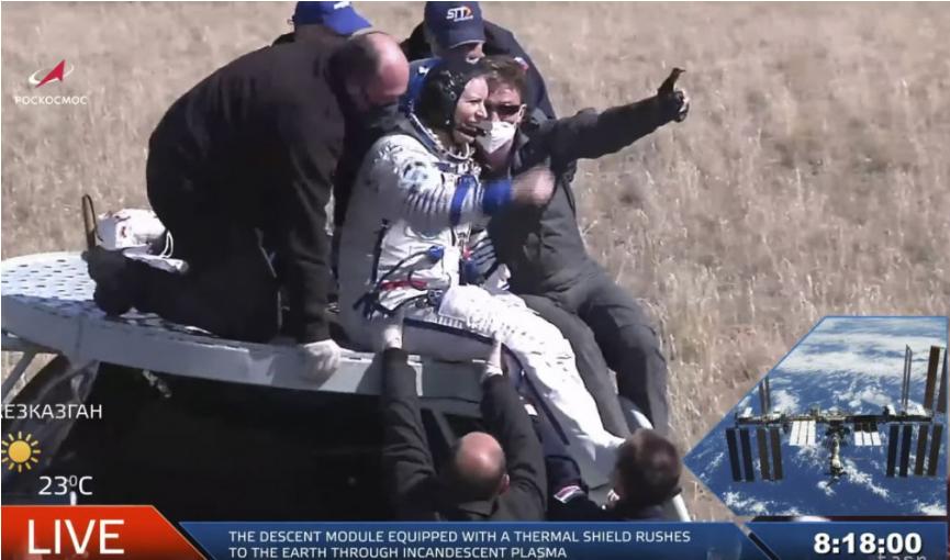 Na Zem sa po šiestich mesiacoch vrátila trojčlenná posádka ISS