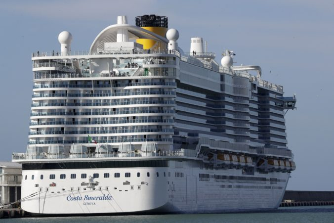 Koronavírus uväznil tisícky ľudí na luxusnej lodi v talianskom prístave