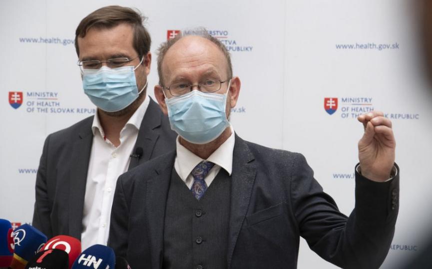 Slovensko prijalo vakcinačnú stratégiu. Koho zaočkujú najskôr?