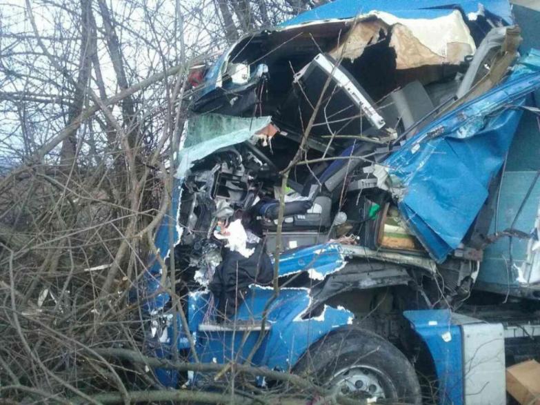 V obci Dobrá Niva sa zrazili kamióny a auto, štátna cesta je uzavretá