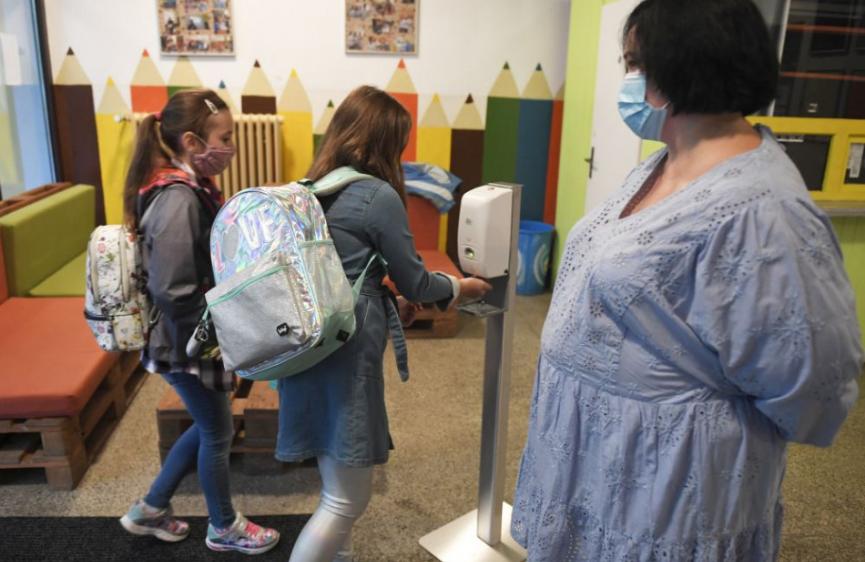 Od stredy ostanú otvorené len školy pre deti rodičov, ktorí musia chodiť do práce