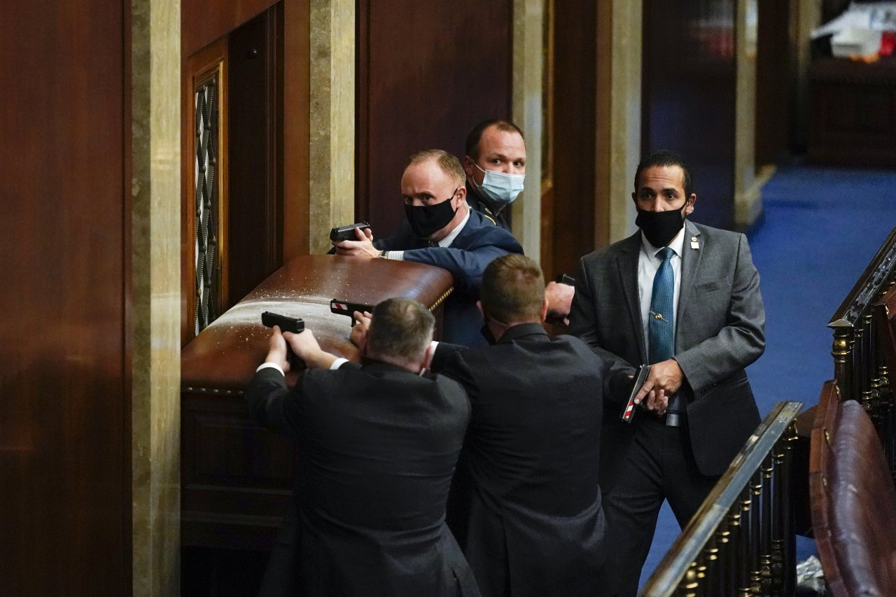 Foto: Budovu Kongresu uzavreli pre protesty Trupových stúpencov. Postrelili tam aj ženu, polícia povoláva posily