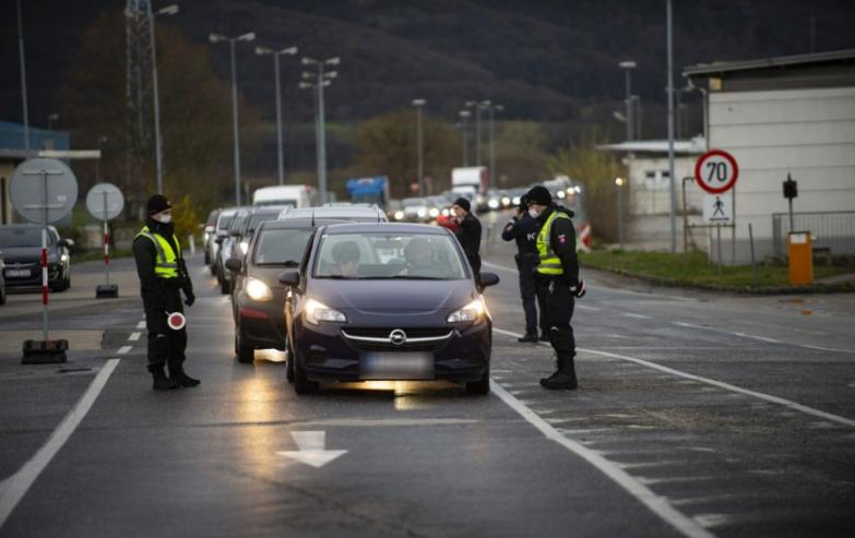 """Video: Policajti zastavujú priamo na diaľnici: """"Konečne!"""" kričí muž. Druhý však dostal 100€ pokutu, lebo nemal…"""