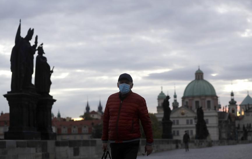 Nakazených v Česku výrazne pribúda, rozhoduje sa o núdzovom stave