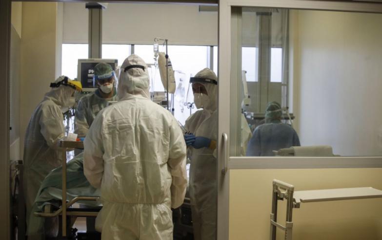 Novým variantom koronavírusu sa nakazila osoba už vyliečená z covidu