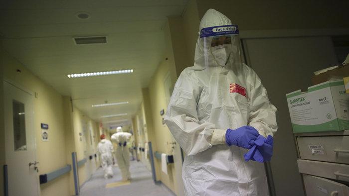 Koronavírus: Na Slovensku pribudlo ďalších 101 úmrtí a počet hospitalizovaných klesol pod 4-tisíc