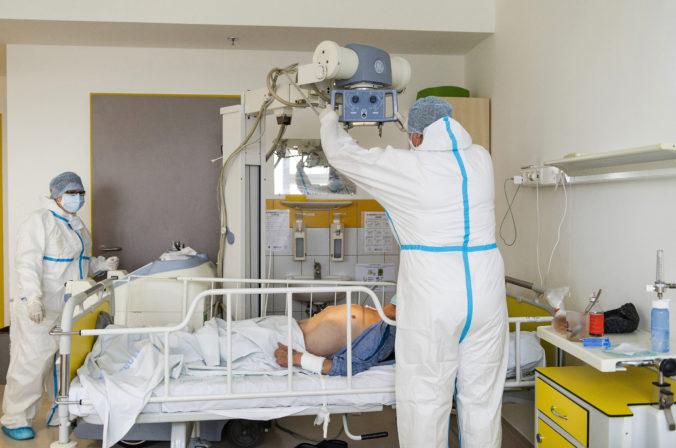 Koronavírus: Na Slovensku zomrelo ďalších 89 pacientov, ale výrazne ubudlo hospitalizovaných