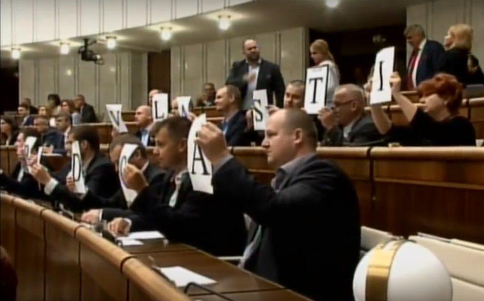 Poslanci Kotlebovej ĽSNS počas prejavu prezidenta Andreja Kisku v parlamente. Bratislava, 13. jún 2018