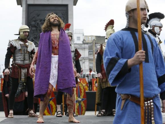 Na londýnskom Trafalgarskom námestí si ľudia na Veľký piatok pripomenuli ukrižovanie Ježiša Krista. Veľkolepé divadlo si napriek nízkym teplotám nenechalo ujsť tisícky divákov. Foto: SITA/AP